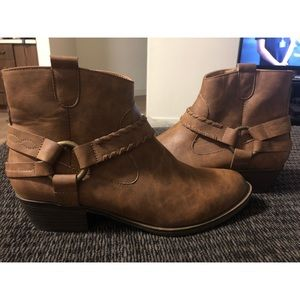 XOXO light brown fall booties!